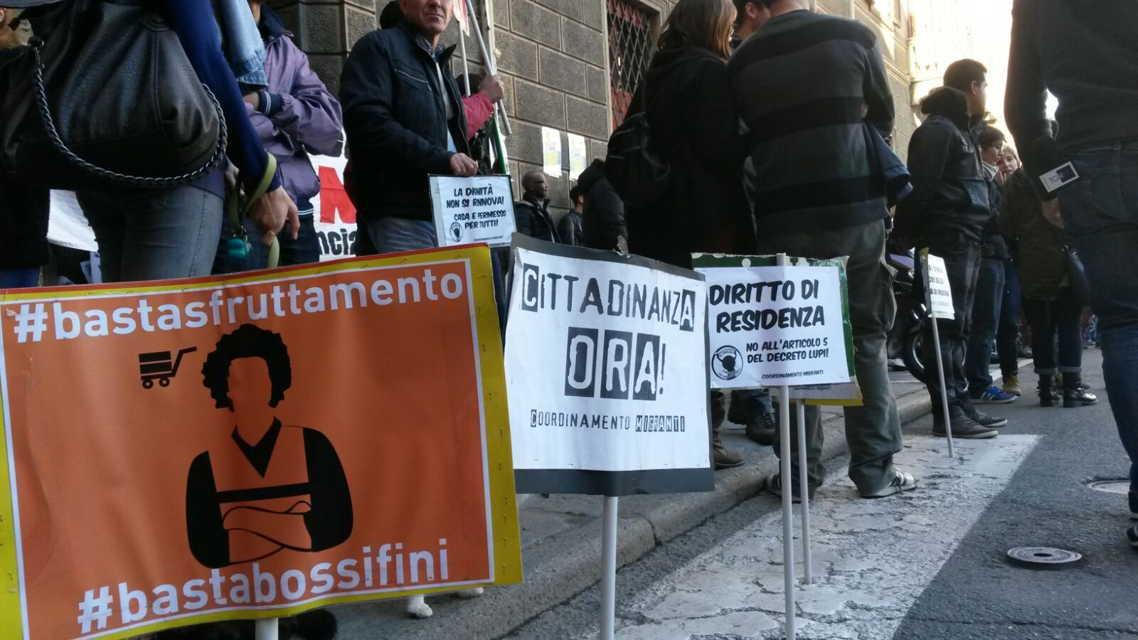 I migranti in piazza per il permesso di soggiorno e la for Ritiro permesso di soggiorno bologna